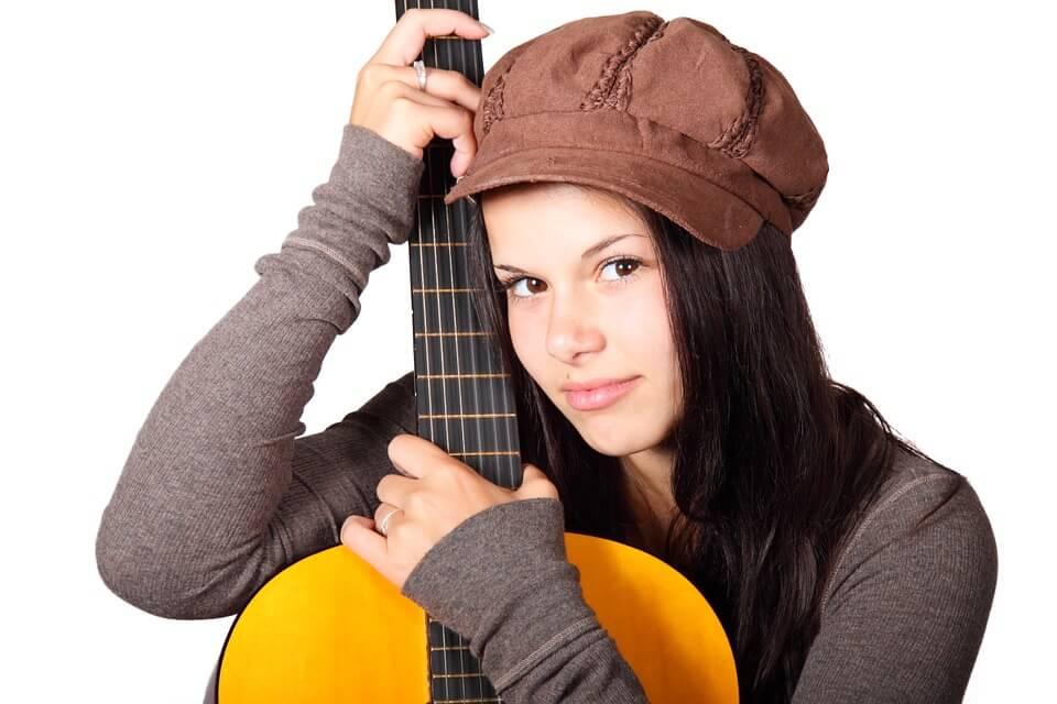 Ung kvinna håller i en gitarr